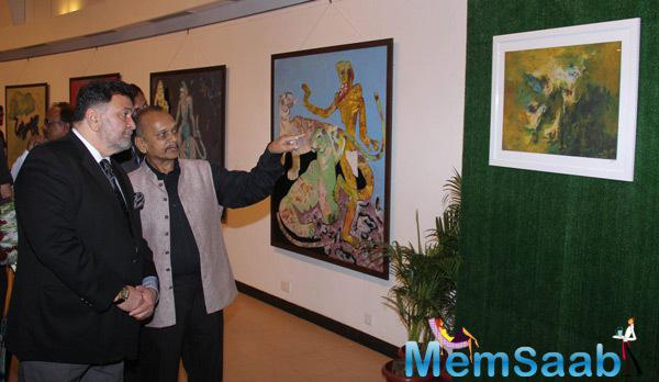 Deepak Shinde Showing His Art Work To Rishi Kapoor