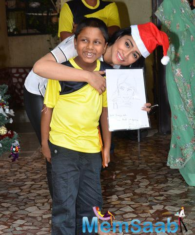 Shriya Saran Spent Time With NGO Kids On The Occasion Of Christmas