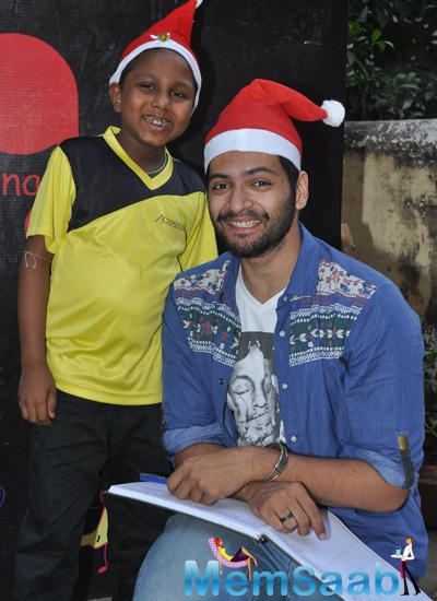 Ali Fazal Posed With A Kid During Christmas Celebration At NGO