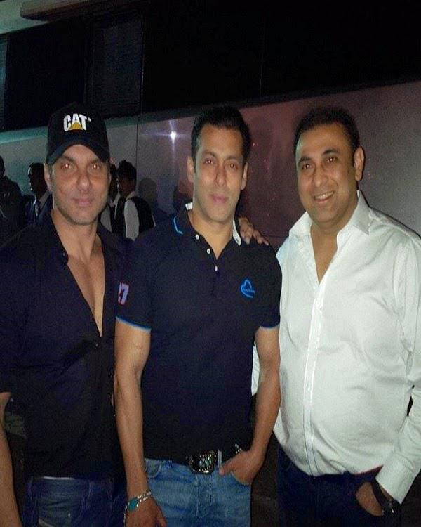 Salman Khan Pose With Brother Sohail During His Birthday Party