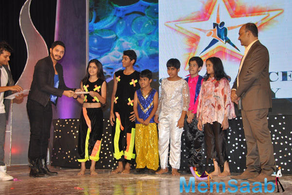 Shreyas Talpade Gave Prizes To Kids On The Stage During Star Night 2014