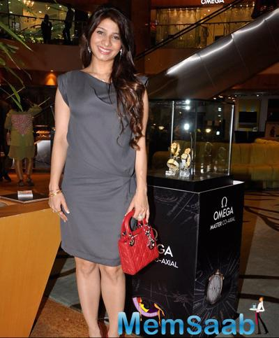 Tanishaa Mukerji Strike A Pose For Shutterbugs At The Omega Sundown Session