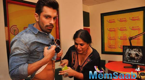 RJ Prackriti Of Radio Mirchi Counting Karan Singh Grover's Abs