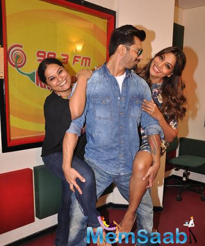 RJ Prackriti,Karan And Bipasha Strikes Alone Pose At 98.3 FM