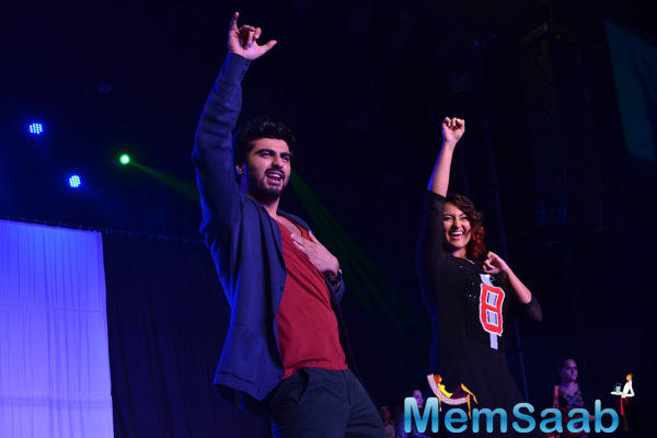 Arjun Kapoor And Sonakshi Sinha Performed Dance On Tevar Songs At IIT Powai