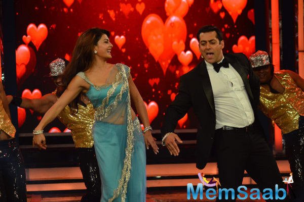 Jacqueline Fernandez And Salman Khan Entertained The Audience On The Sets Of Bigg Boss 8 Finale Twist