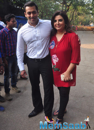 Salman Khan Strike A Pose With Farah Khan On The Sets Of Bigg Boss 8