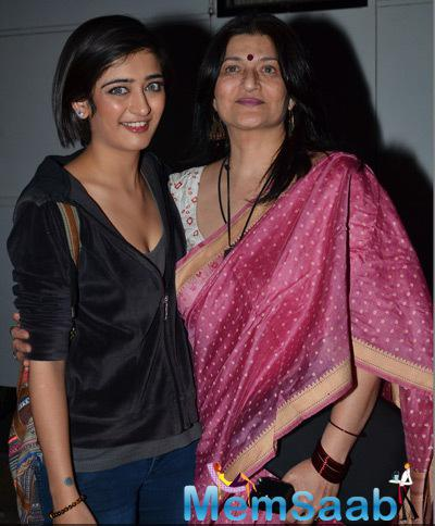 Akshara Haasan Strike A Pose With Mom Sarika At The Trailer Launch Of Shamitabh