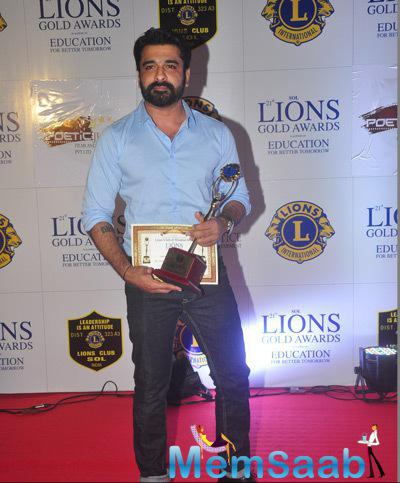 Eijaz Khan Posed With Awards On Red Carpet At 21st Lions Gold Awards