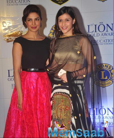 Priyanka Chopra And Her Sister Mannara Strike A Pose For Photo Tag At 21 Lions Gold Awards 2015