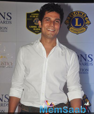 Randeep Hooda Flashes Smile At 21st Lions Gold Awards 2015