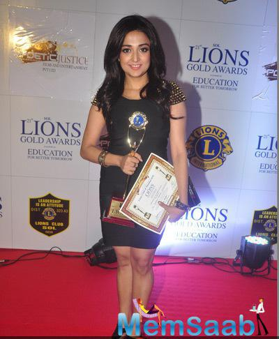 Singer Monali Thakur Posed With Awards On Red Carpet At 21st Lions Gold Awards