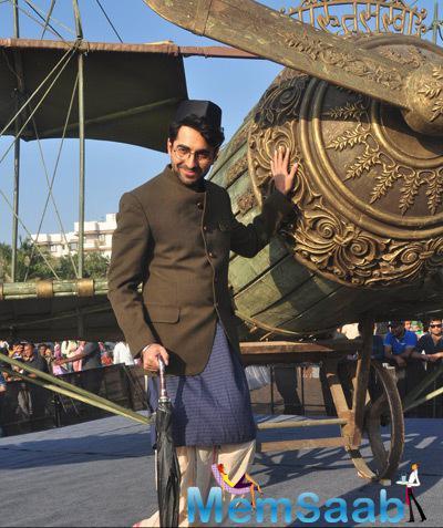 Ayushmann Khurrana Strikes A Pose For His Upcoming Movie Hawaizaada Promotion