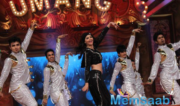 Daisy Shah Performed At Umang Mumbai Police Show 2015
