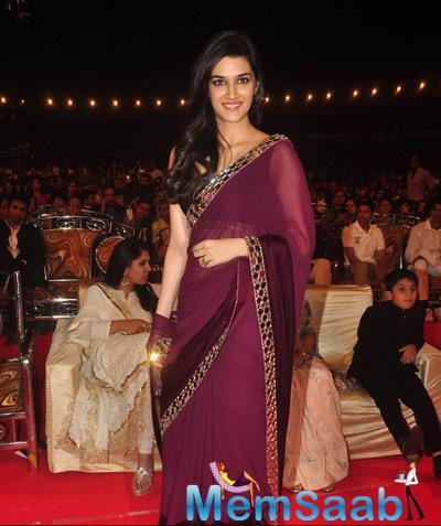 Kriti Sanon Beautiful Look In Saree At Umang Mumbai Police Show 2015