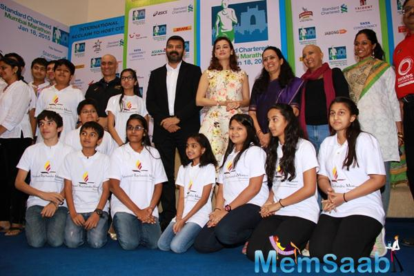 Dia Mirza Clicked A Group Photo During SCMM Marathon Event