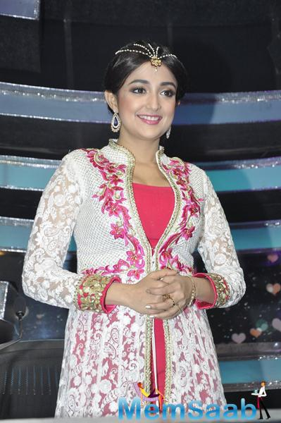 Monali Thakur Looks Ravishing In This Outfit On The Sets Of  Sa Re Ga Ma Pa Lil Champs