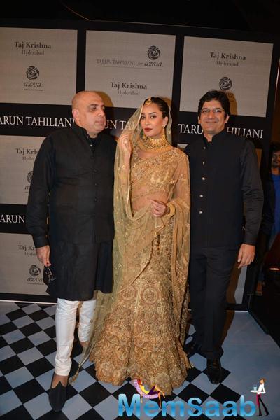 Lisa Haydon Posed During Tarun Tahiliani Azva Fashion Show
