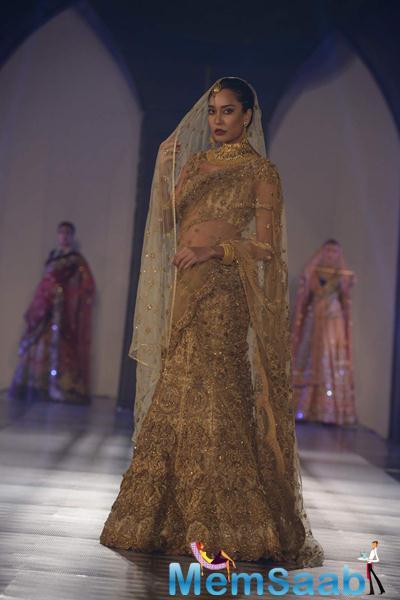 Lisa Haydon Stunning Bridal Look For Tarun Tahiliani Azva Show In Hyderabad