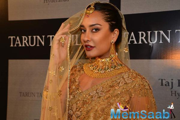 Lisa Haydon Walks The Ramp For Tarun Tahiliani Azva Show