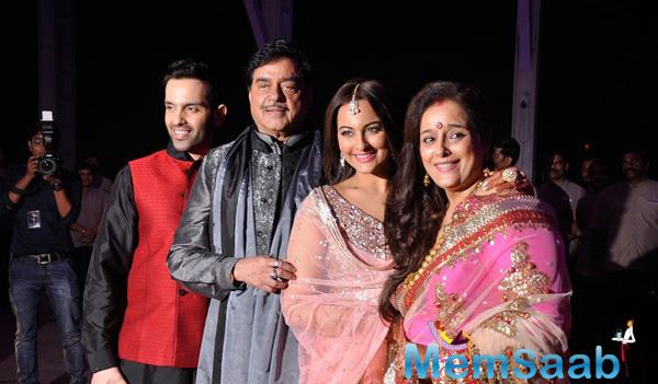 Sonakshi Sinha With Her Dad Shatrughan Sinha, Mom Poonam Sinha And Brother Luv Sinha Posed For Camera