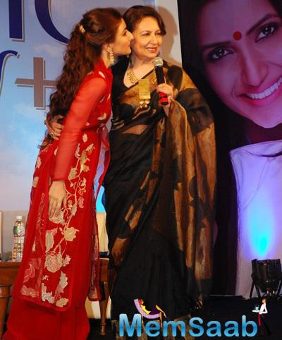 Sharmila Tagore Gets A Kiss From Daughter Soha Ali Khan