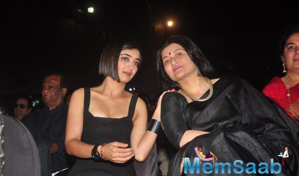 Akshara Haasan Snapped While In Conversation With Mom Sarika