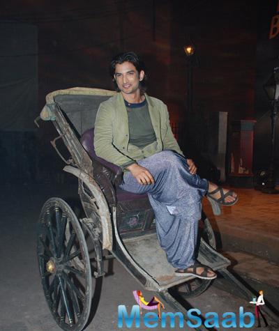 Sushant Singh Rajput Posed In Rickshaw At The Trailer Launch Of Detective Byomkesh Bakshy