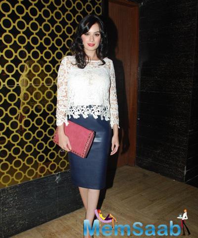 Evelyn Sharma Glamour Look During Hawaizaada Movie Special Screening
