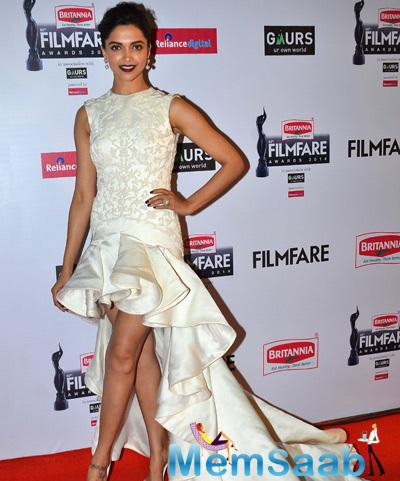 Deepika Padukone Wearing In Ashi White Gown Charming Look At 60th Britannia Filmfare Awards 2015