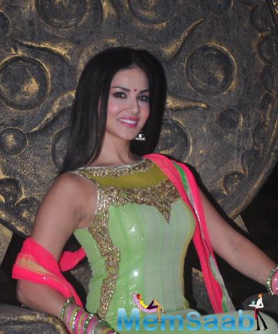 Sunny Leone Dazzling Attractive Look On The Sets Of Ek Paheli Leela