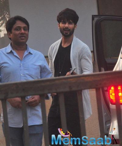 A Sleepy Shahid Kapoor Spotted The Paps Near His Home Early In The Morning