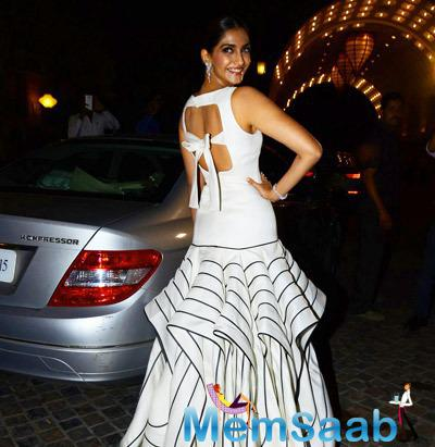 Sonam Kapoor Expose Her Outfit During Femina Beauty Awards 2015
