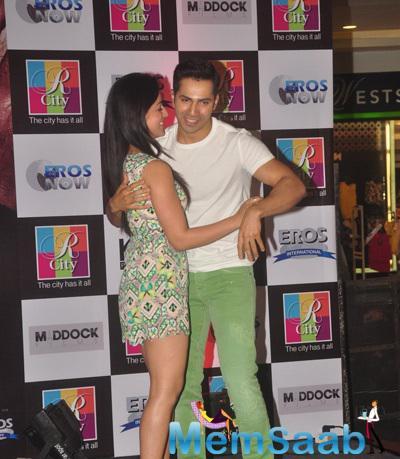 Yami Gautam And Varun Dhawan Romantic Pose At Badlapur Promotions In R City Mall