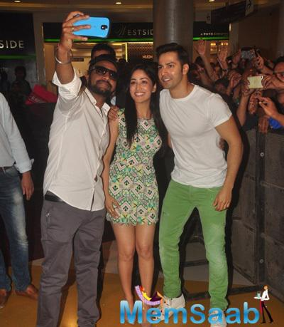 Yami Gautam And Varun Dhawan Taking Selfie Duirng The Promotion Of Badlapur