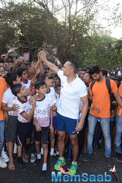 Rahul Bose Cool With Kids During The 4.5 Kms Runathon Event