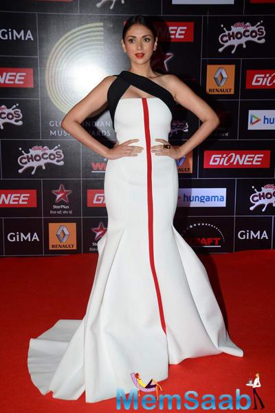 Aditi Rao Hydari Stunning Pose On Red Carpet At The GiMA 2015 Awards