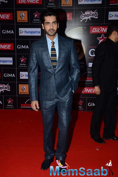 Arjan Bajwa Looked Dashing In His Crisp Grey Suit On Red Carpet At The GiMA 2015 Awards