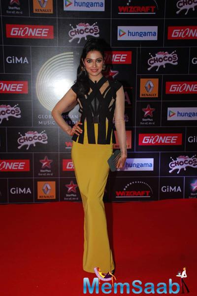 Divya Kumar Posed On Red Carpet At The GiMA 2015 Awards