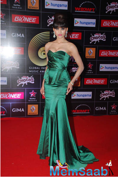 Urvashi Rautela Beautiful Look In Strapless Green Gown At The GiMA 2015 Awards