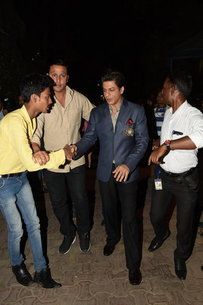 Shahrukh Khan Shake Hand With A Fan During The Sets Of IPSSK
