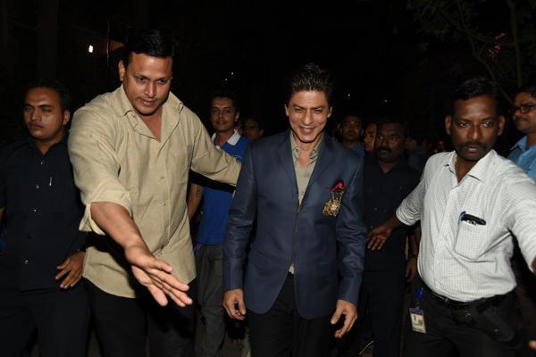 Shahrukh Khan Spotted At On The Sets Of India Poochega Sabse Shaana Kaun