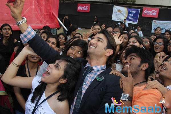 Sushant Singh Rajput Taking Selfie With College Student At Byomkesh Bakshi Fashion Showcase 2015