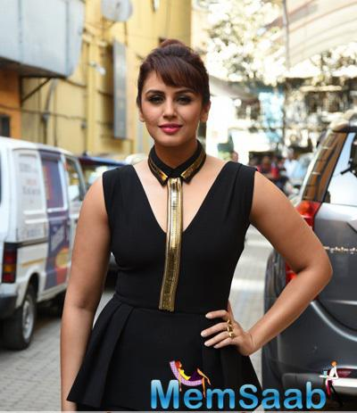 Bollywood Beauty Huma Qureshi Was Spotted Launching Oriflame's Lipstick