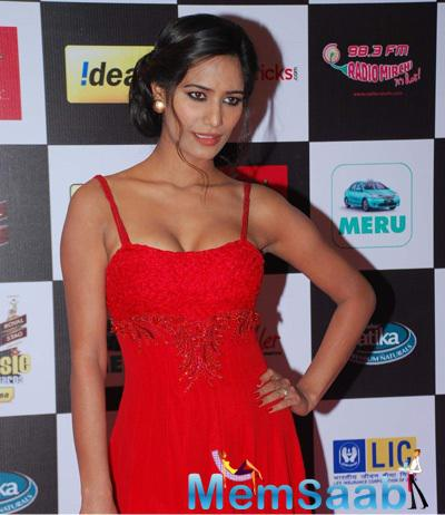 Poonam Pandey In Red Dress Hot Look At The 7th Mirchi Music Awards 2015