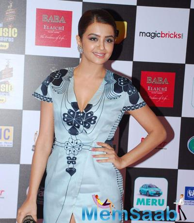 Surveen Chawla Flashes Smile At The 7th Mirchi Music Awards 2015