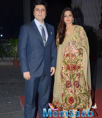 Sonali Bendre Posed With Hubby Goldie Behl At Tulsi Kumar And Hitesh Wedding Reception