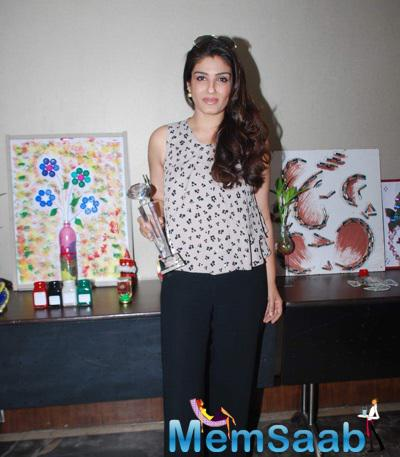 Raveena Tandon Pose With Young Environmentalists Trust Women Achievers Awards