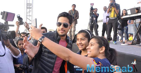 Sidharth Malhotra Takes A Selfie With Fans At DNA Race