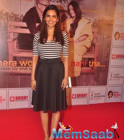 Esha Gupta Smiling Pose During The Premiere Of Anupam Kher New Play Mera Who Matlab Nahi Tha
